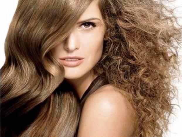 """Propagandas de cabelo liso que menosprezam o cabelo cacheado, o tratando como """"desleixado"""", ressecado, quebradiço, volumoso, descuidado e por aí vai..."""