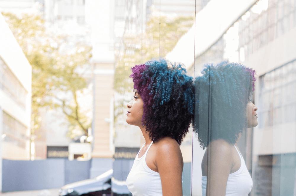 cabelo crespo colorido roxo e azul maressa cacheia