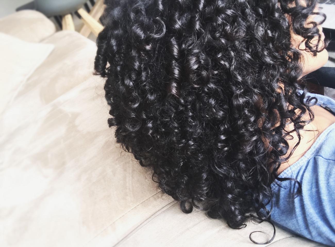 Cuidados com cabelos cacheados/crespos no exterior - cabelo cacheado preto longo