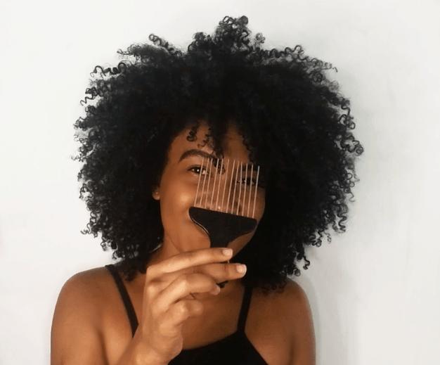como reduzir o fator encolhimento - mostrando pente garfo para aumentar o volume de cabelos crespos