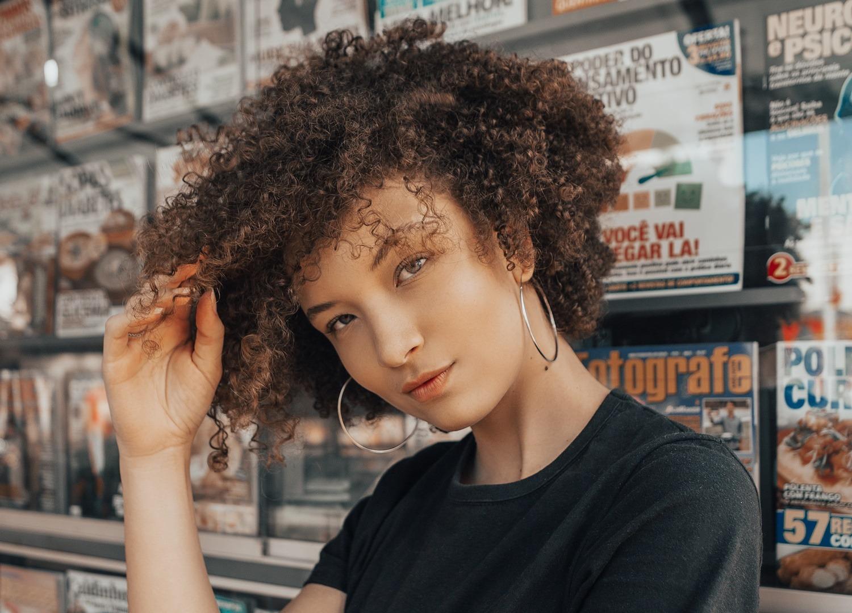 texto sobre corte a seco imagem ilustrativa de mulher com cabelo cacheado curto