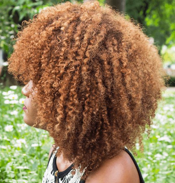 tipos de frizz: postagem com quatro causas de frizz mais comuns em cabelos cacheados e crespos e dicas para reduzir o frizz. Foto: cabelo descolorido em com alaranjado com muito frizz
