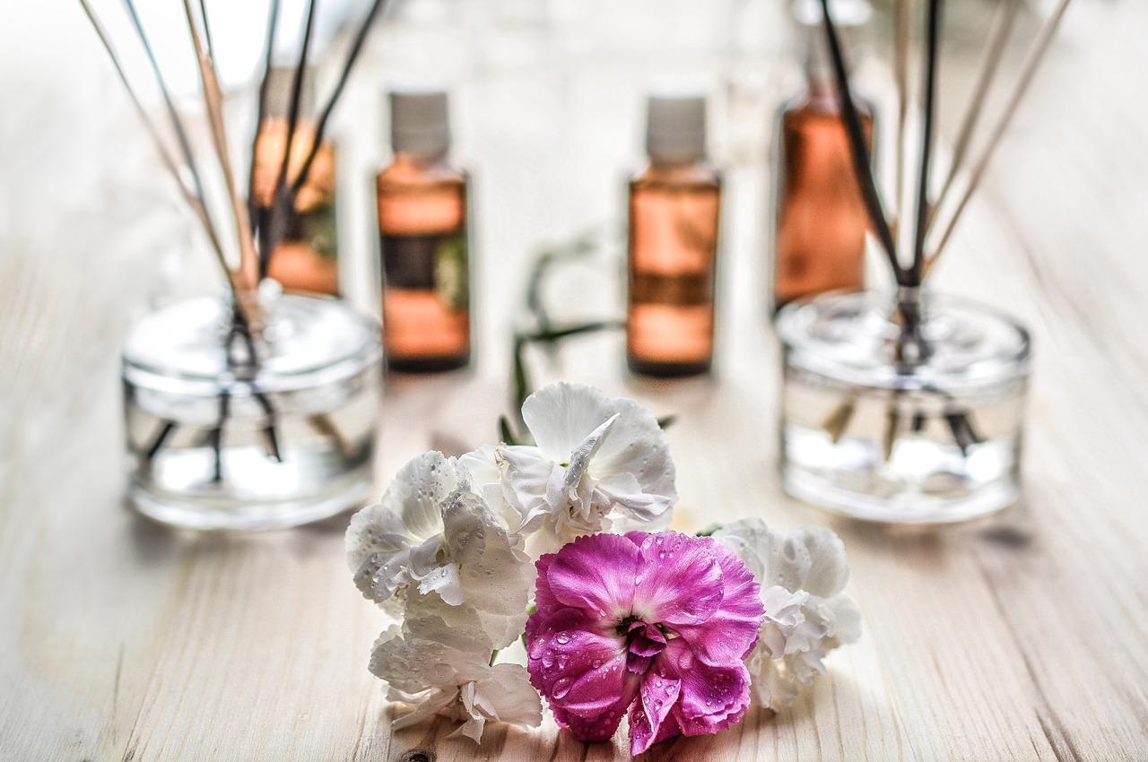 Óleos essenciais para colar aromático imagem ilustrativa com oleos e flores