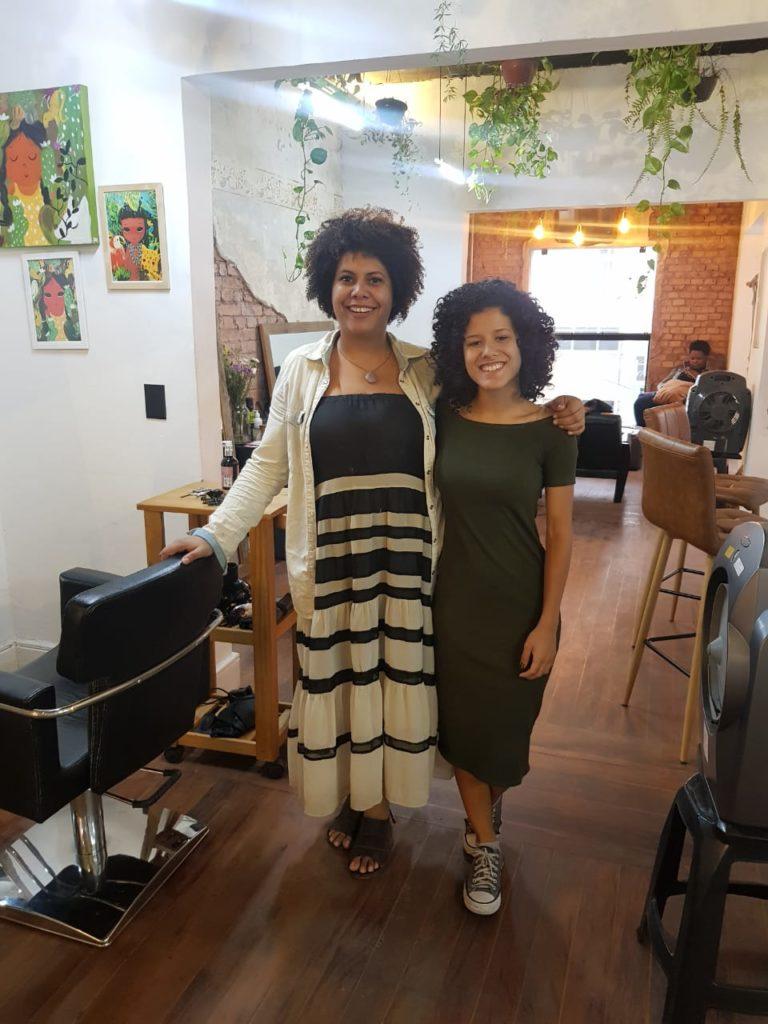 carla, dona da loja online Meu Cabelo Natural e Ana catarina, do Cacheia