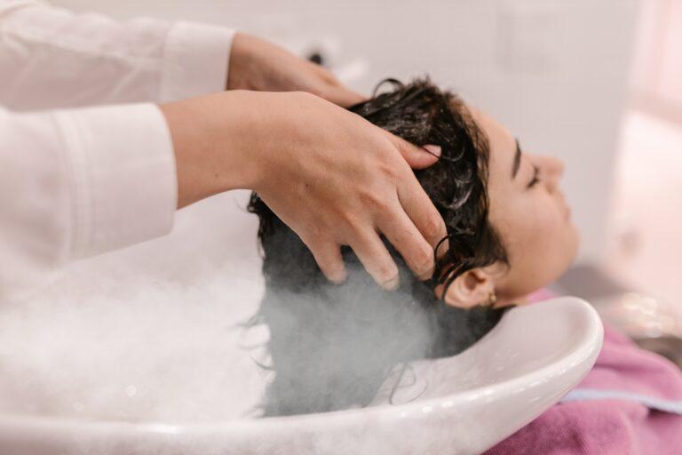 vapor de ozonio, imagem ilustrativa com mulher lavando os cabelos em salão de beleza